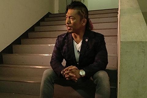 鷹木は裏階段でインタビュー